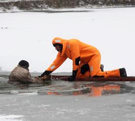 Если человек провалился под лед. Что делать?
