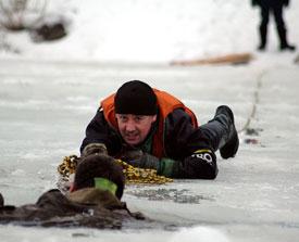 Что делать, если человек провалился под лёд? Первая помощь провалившемуся под лед человеку